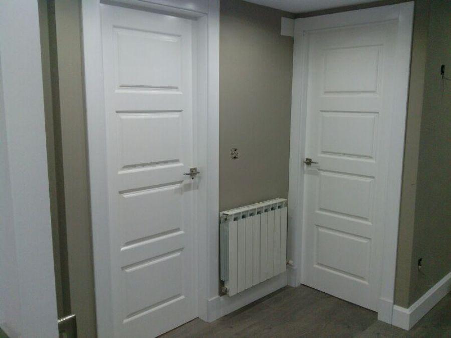 Foto puertas de cuarterones lacadas blanco roto con - Precio lacar puertas en blanco ...