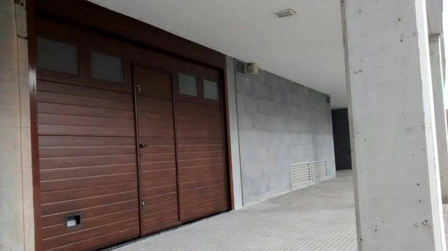 Foto puertas de garaje seccionales navarra de navatek for Puertas automaticas garaje