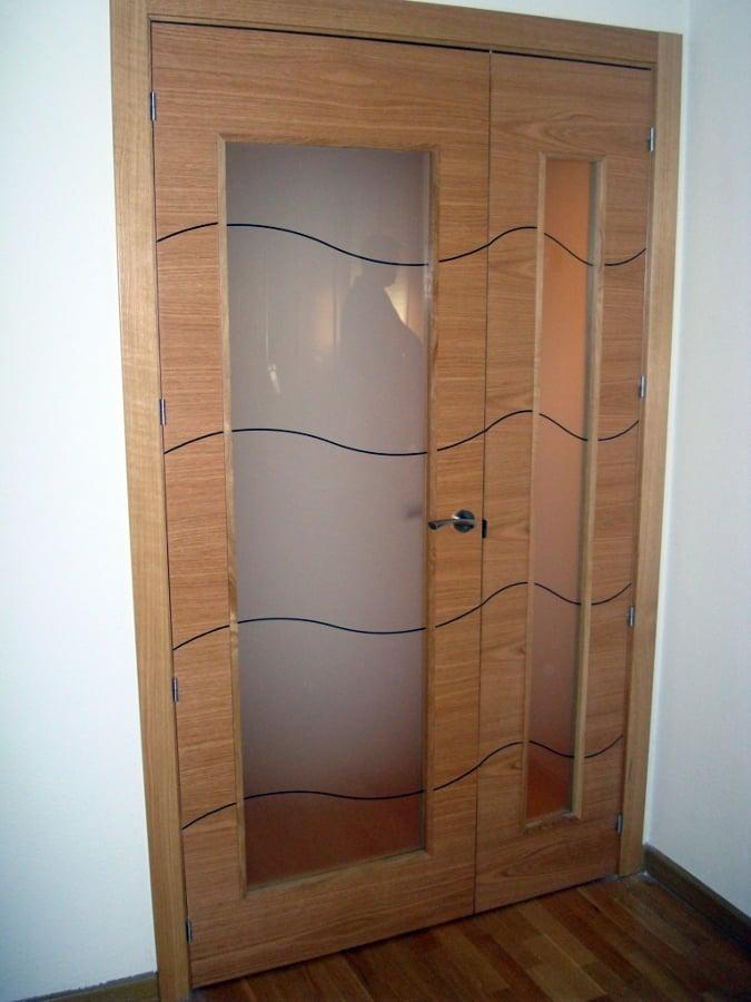 Foto puertas de interior en roble barnizado con cristal for Puertas madera y cristal interior