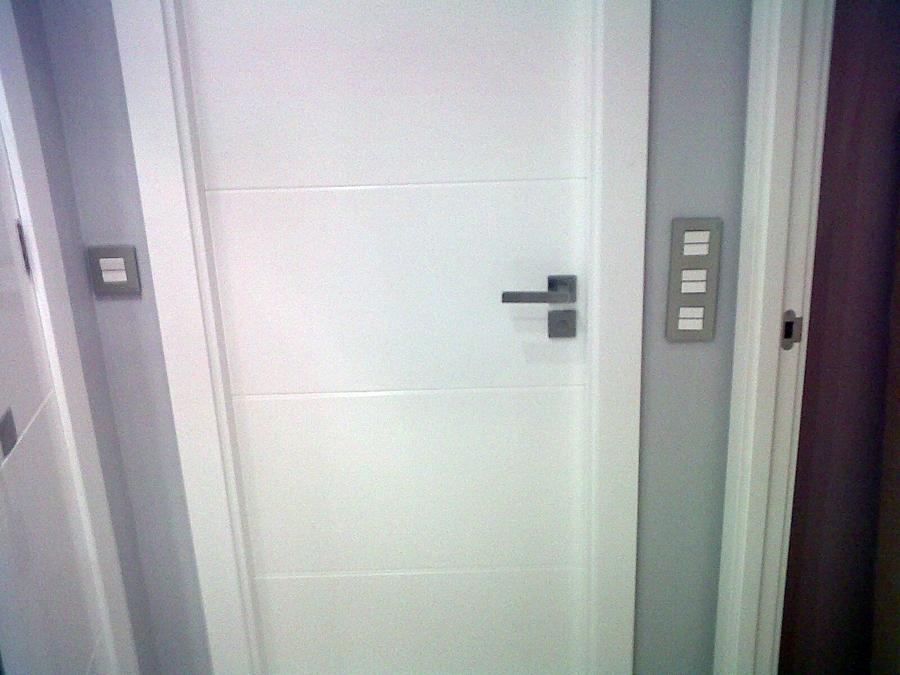 Foto puertas de paso ciegas en blanco lacado con manilla - Precio lacar puertas en blanco ...