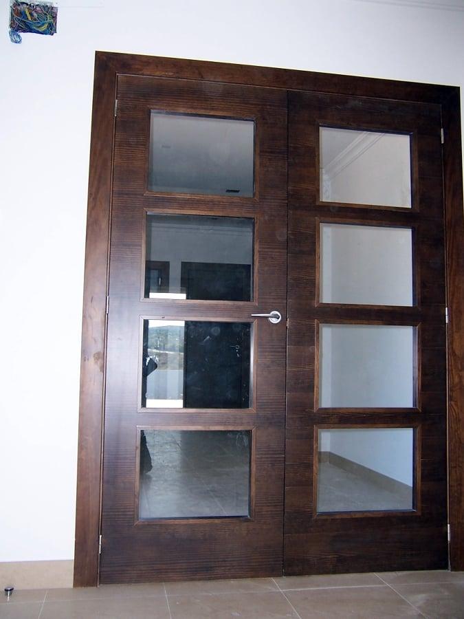 Foto puertas en maya horizontal lisa en pino tintado for Puertas color pino