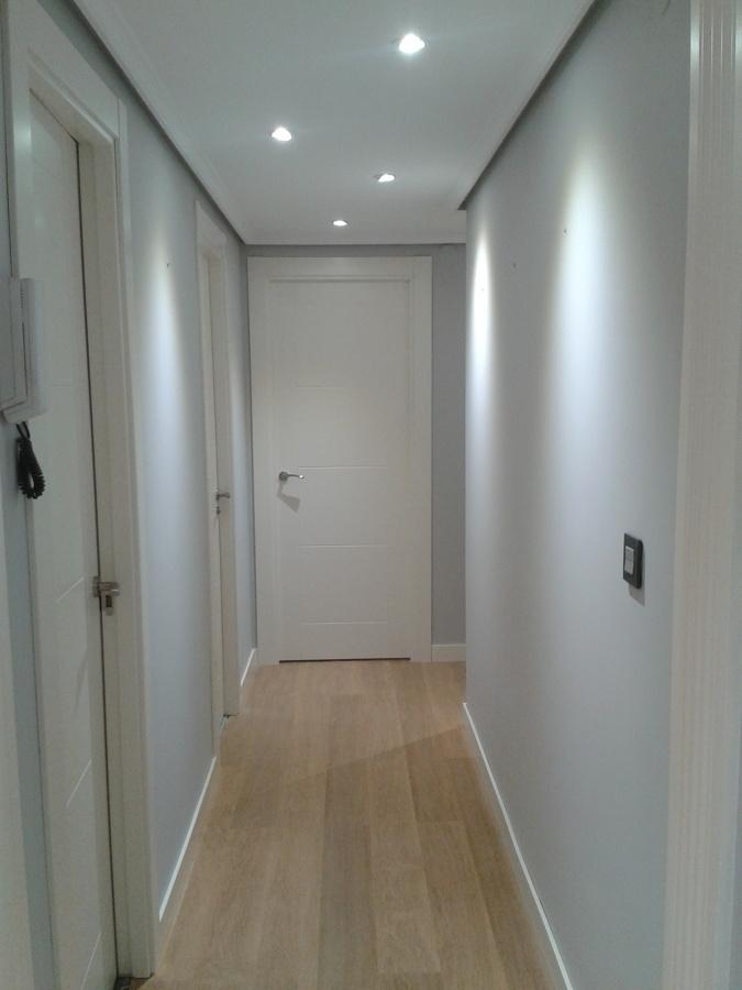 Foto puertas lacadas y pasillo con suelo nuevo y pintado - Como pintar el pasillo ...