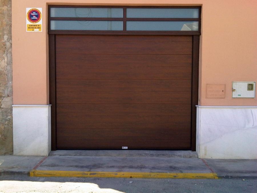 Foto puertas seccionales imitacion madera nogal de for Puertas de madera zaragoza