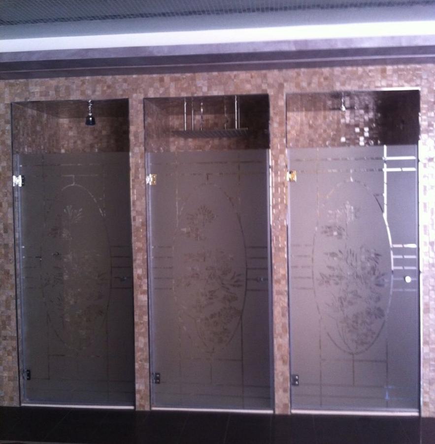 Puertas securizadas y serigrafiadas para duchas.JPG