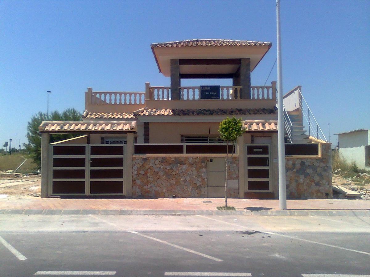 Puertas y vallas exteriores de vivienda.