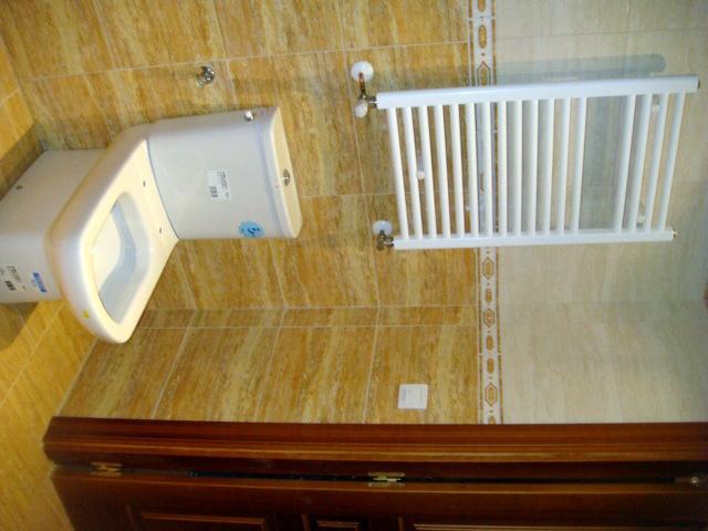 Foto radiador toallero en ba o de alba iler a gabriel for Radiadores toallero