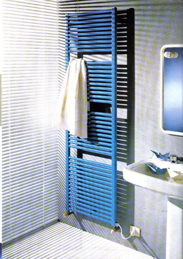 Radiador toallero en baño.