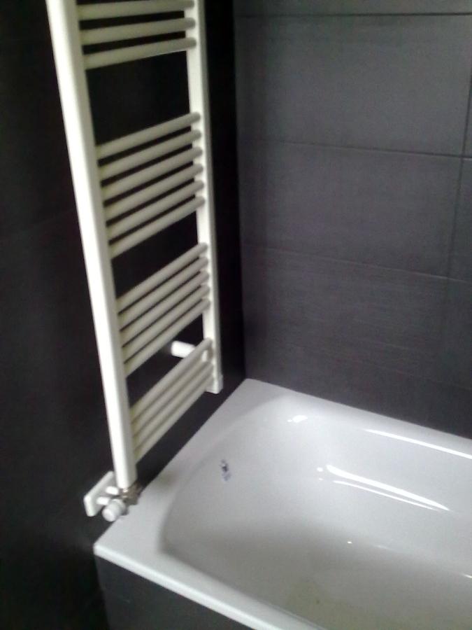 Foto radiador toallero sobre ba era de fontaner a - Purgar radiador toallero ...
