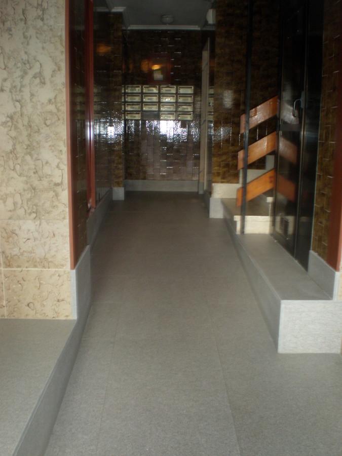 Rampa Interior de granito gris anticato en portal de edificio