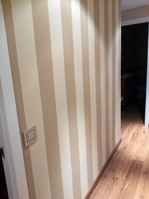 Foto rayas pasillo de decoplacen s l 281429 habitissimo - Pasillos pintados a rayas ...