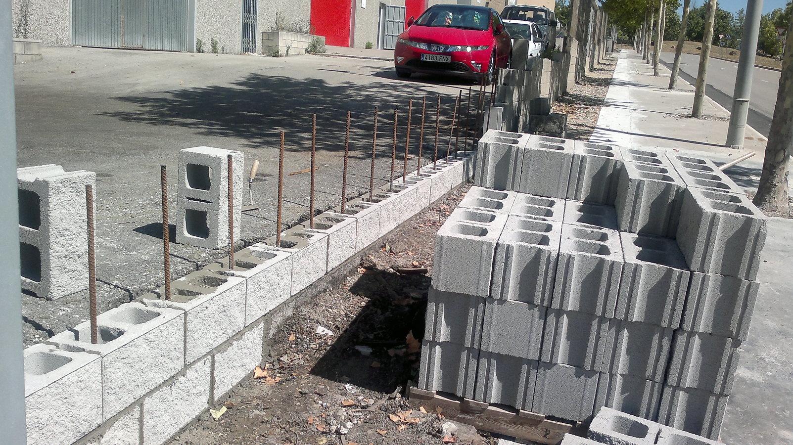 Foto reconstrucci n pared de bloque hormig n de obres i for Construccion de piletas de ladrillos