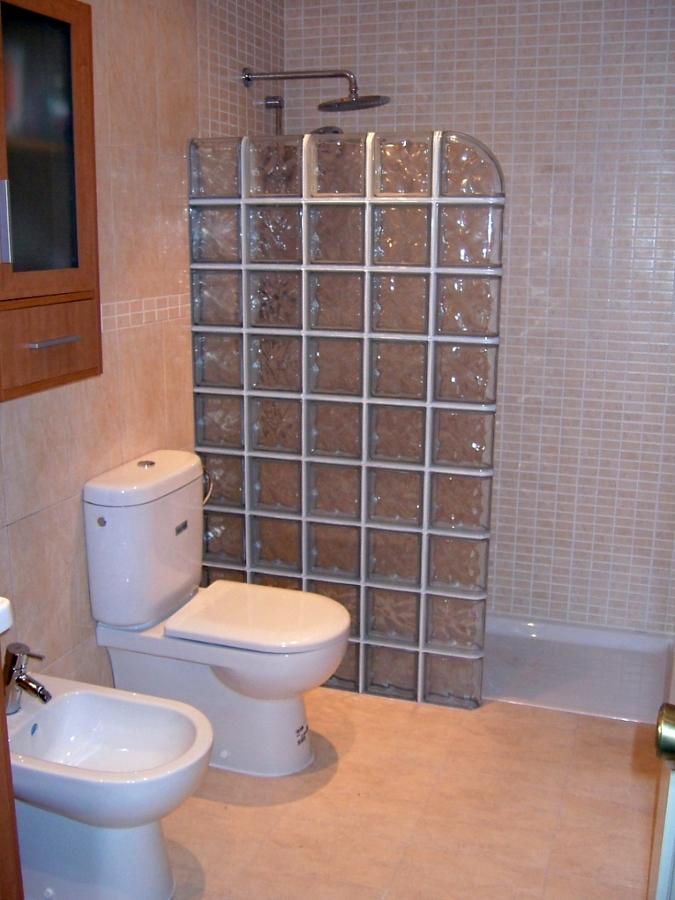 Foto reforma ba o con pav s de marsan multiserveis - Cocinas con bloques de vidrio ...