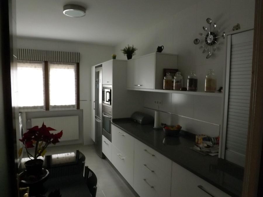 Foto reforma cocina con amueblamiento de ventanas astur for Amueblamiento de cocinas