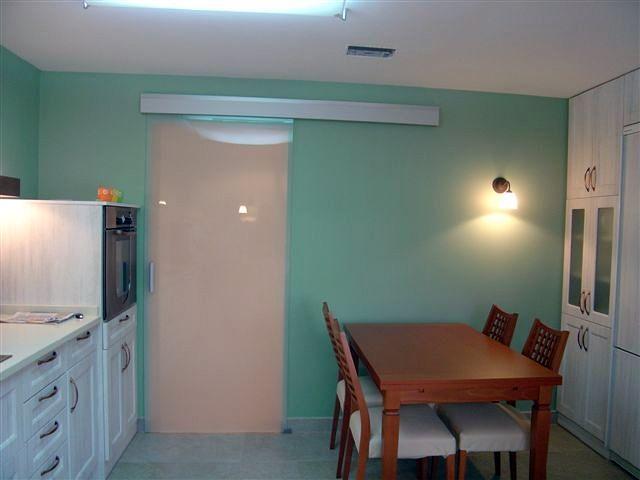 Foto reforma cocina con puerta crona de cristal de romar - Puertas de cocina de cristal ...