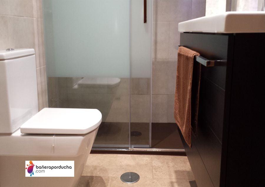 Reformas Baños Huelva:Instalación de plato de ducha en color wengue con mampara sin perfil