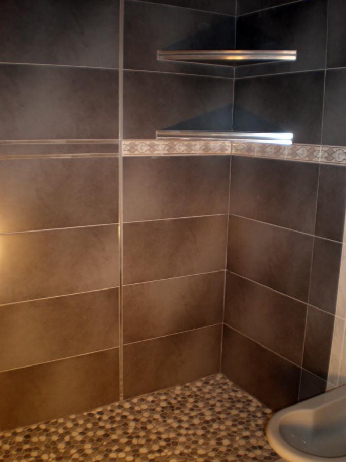 Reformas Baños Huelva:Revestimiento de paredes de baño con grés porcelánico gris,plato de