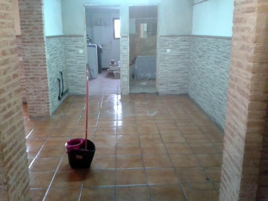 Foto reforma en s tano solado y z calo unifamiliar de for Zocalos para patios modernos