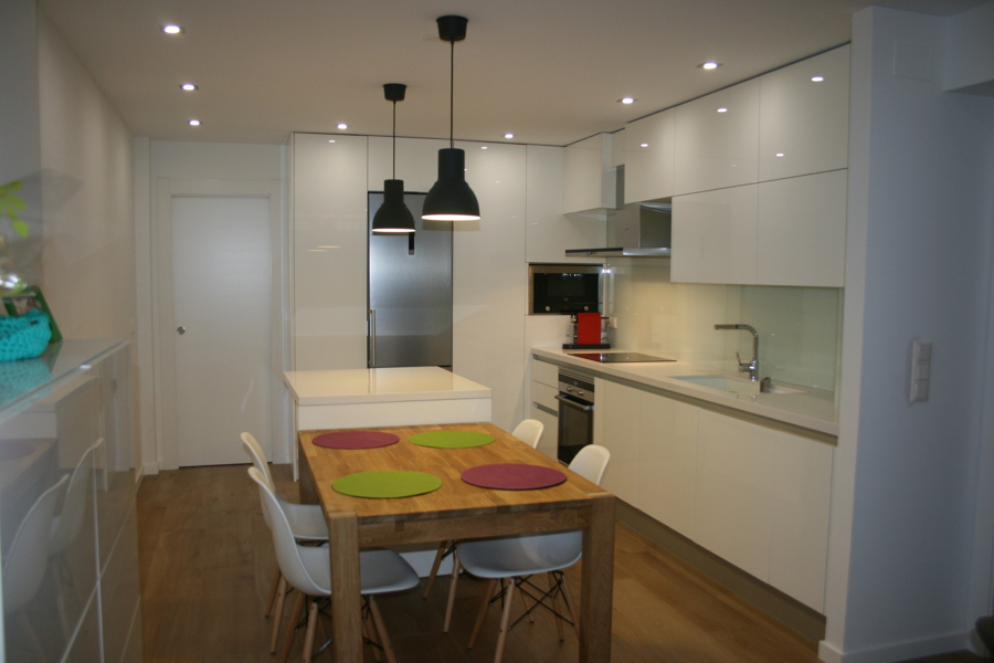 Foto reforma integral cocina integrada comedor salon de for Pisos para cocina comedor living