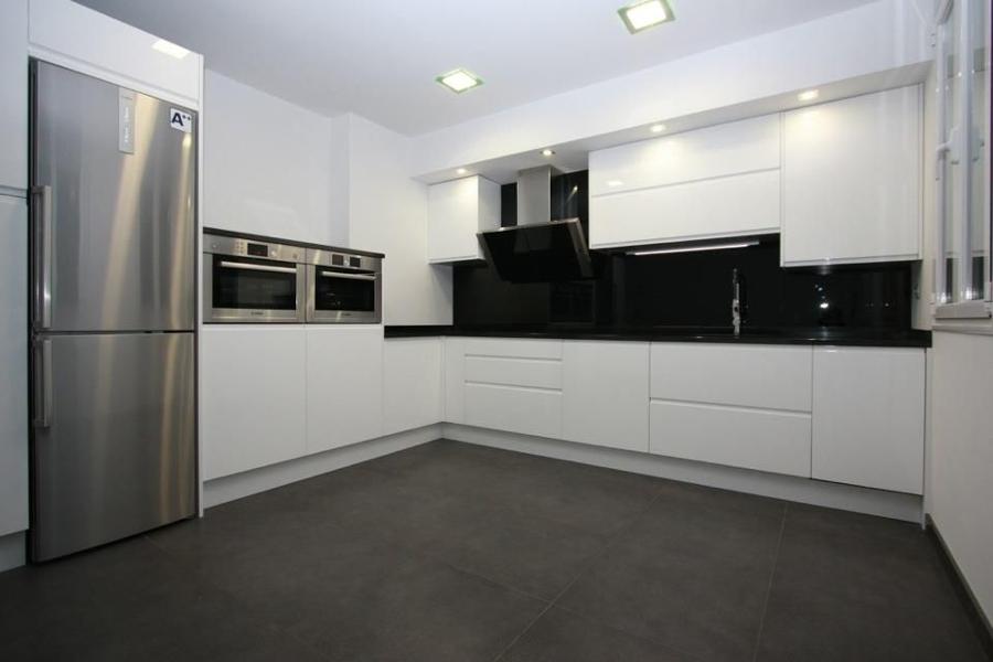 Foto reforma integral de cocina con mobiliario de grupo kubik 731320 habitissimo - Cocinas sin alicatar ...