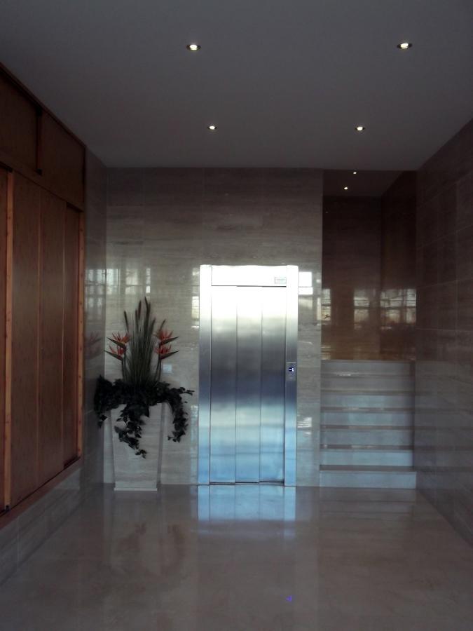 Reforma integral de zaguán bajando a cota 0 el ascensor