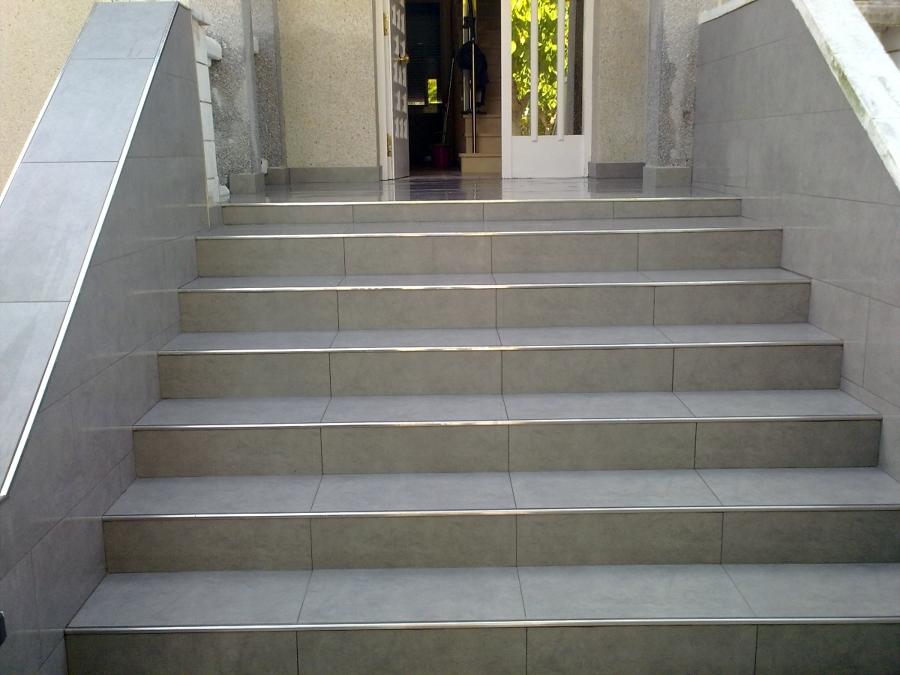 Foto rehabilitaci n de escalera de construcciones y for Piscina ramirez granada