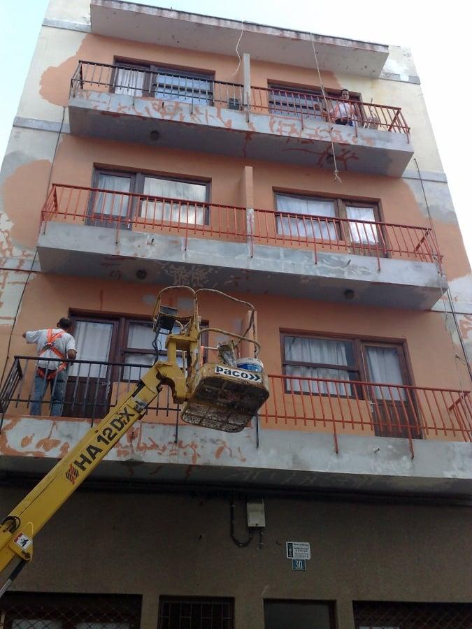 Rehabilitación y pintura de fachada.