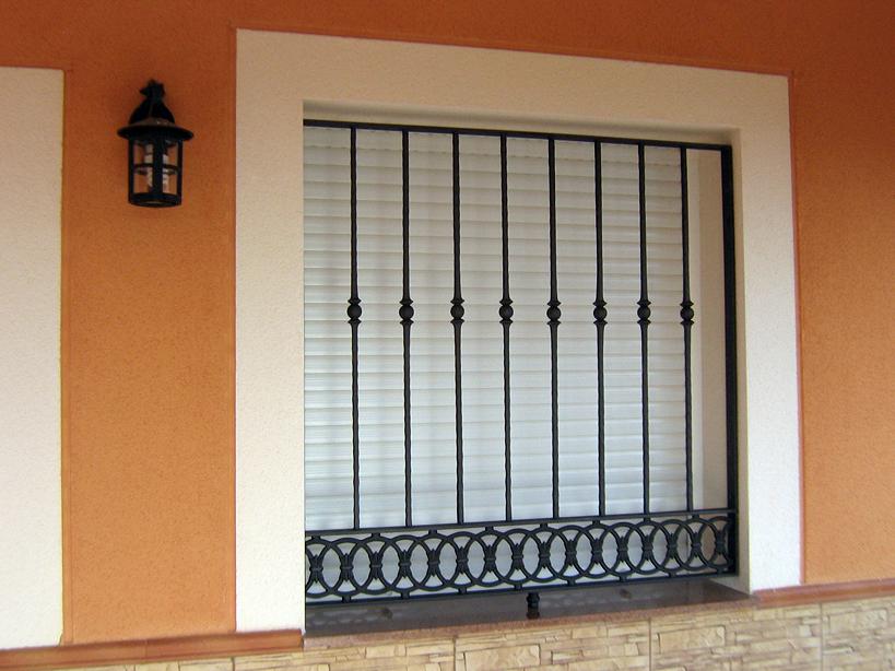 Foto rejas de hierro macizo de cristaler as y aluminios - Rejas de hierro para puertas ...