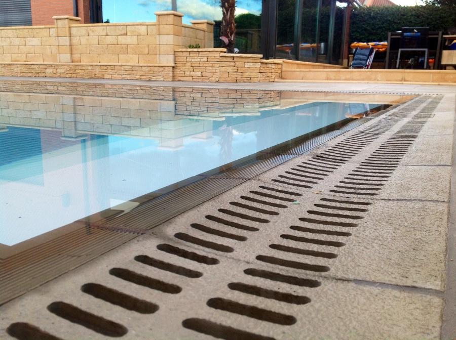 Foto rejilla de piedra en piscina desbordante de radu - Piedras para piscinas ...