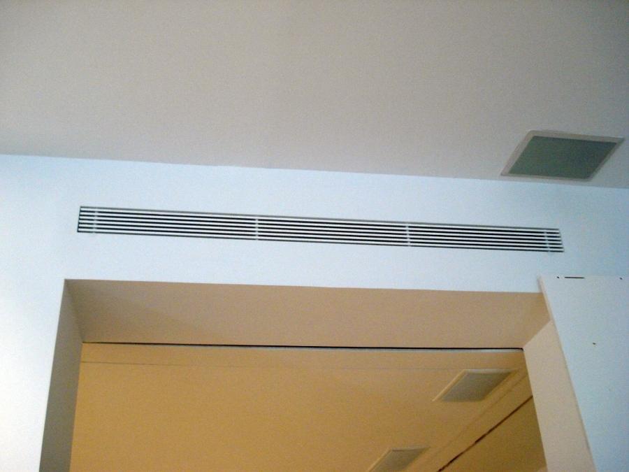 Foto rejillas lineales de fclimax instalaciones aire for Salida aire acondicionado