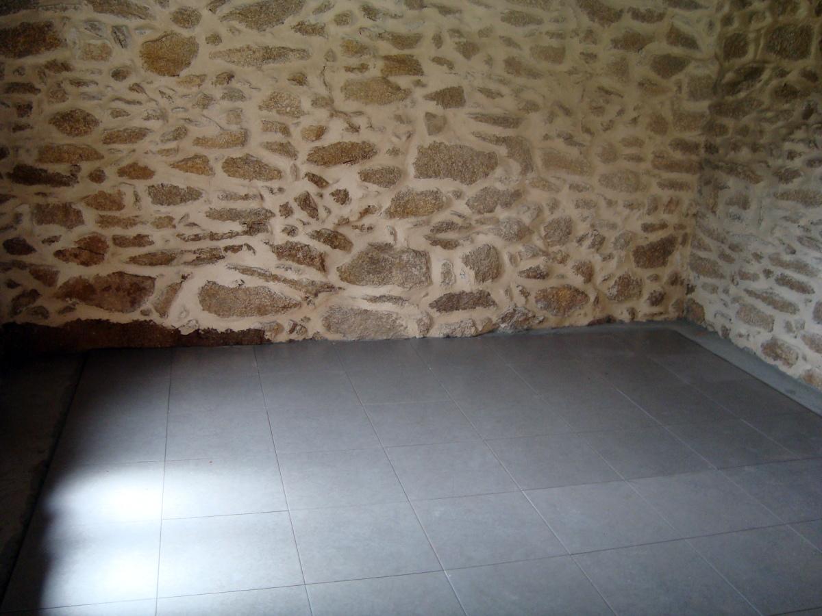 Renovación de pared y colocación de plaqueta en el suelo