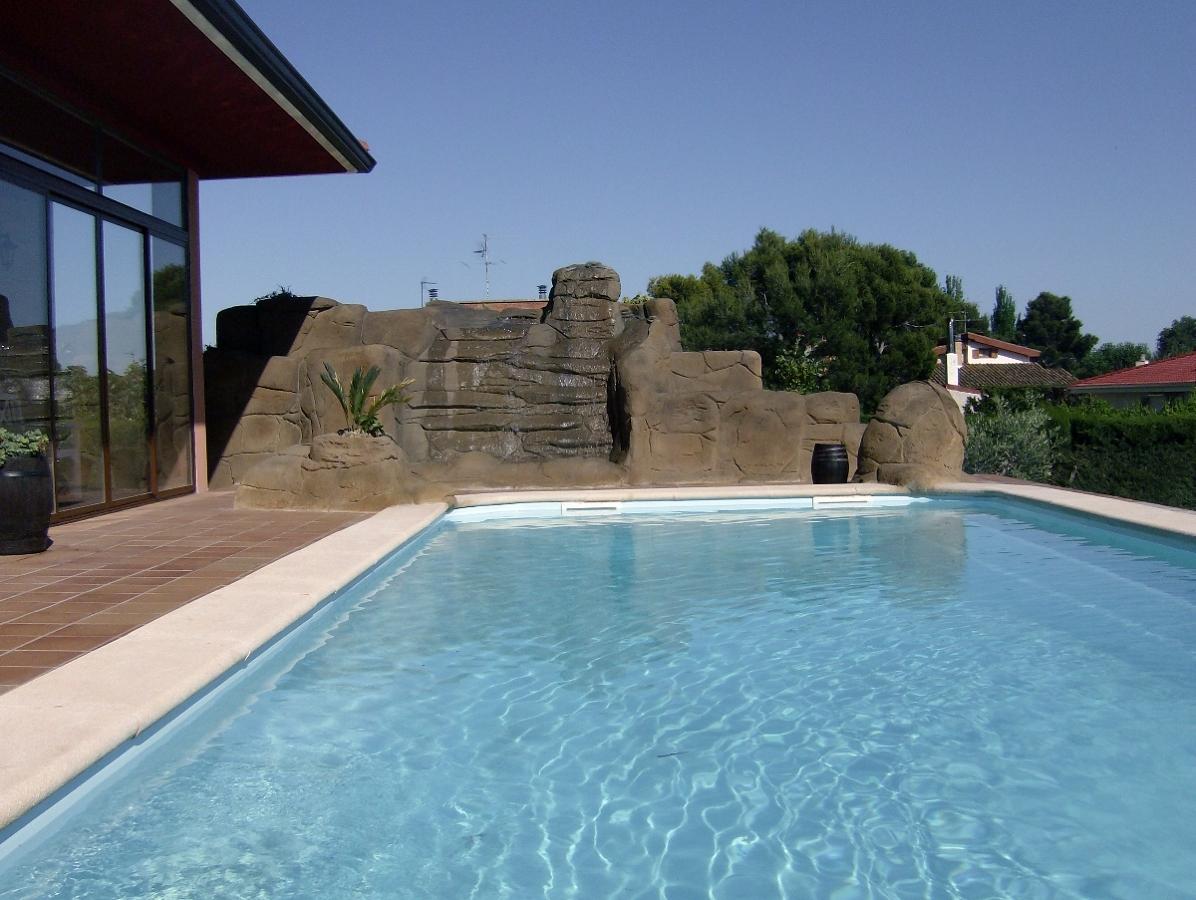foto roca con catarata en piscina de aplidecor 301423 On piscinas con cataratas