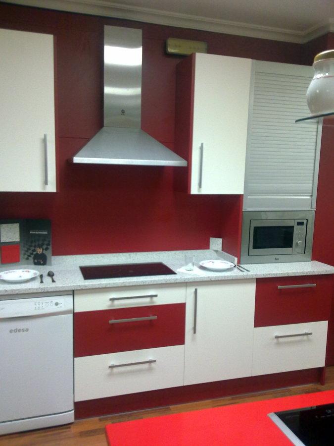 foto rojo blanco de reformas y mueble de cocina agole s l