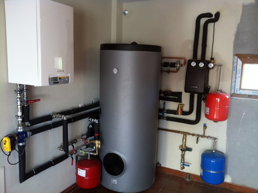 Foto sala de calderas de aerotermia y energ a solar for Precio instalacion calefaccion gasoil