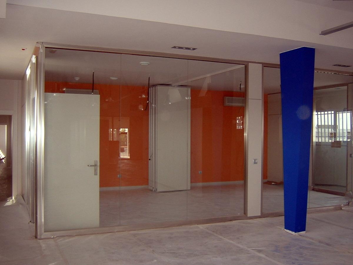 Panel móvil en sala de reunión
