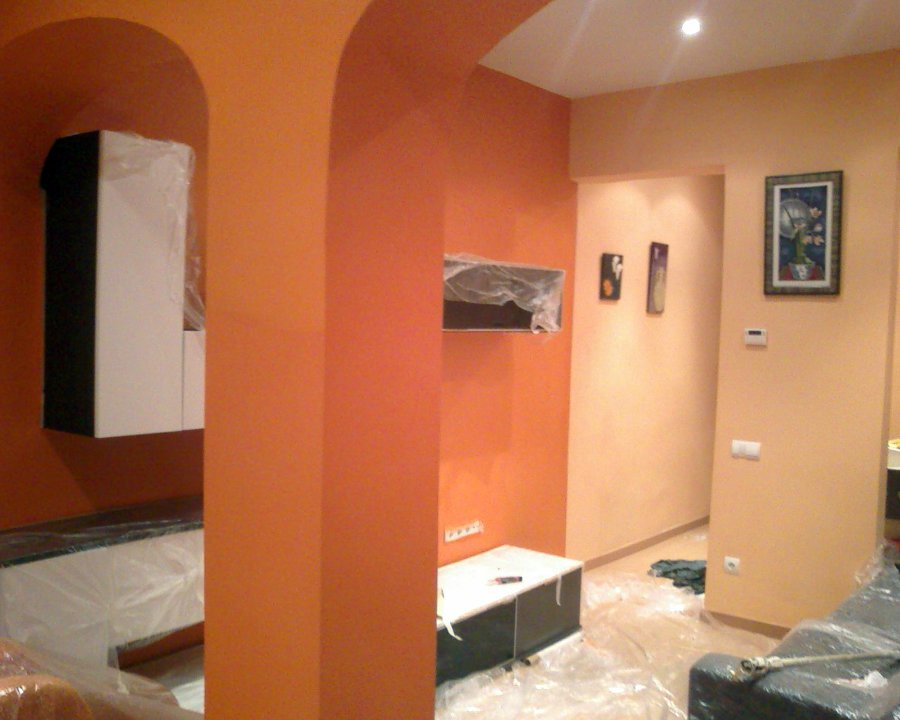 Foto salon comedor pintado en dos colores salmon claro y - Como pintar un salon en dos colores ...