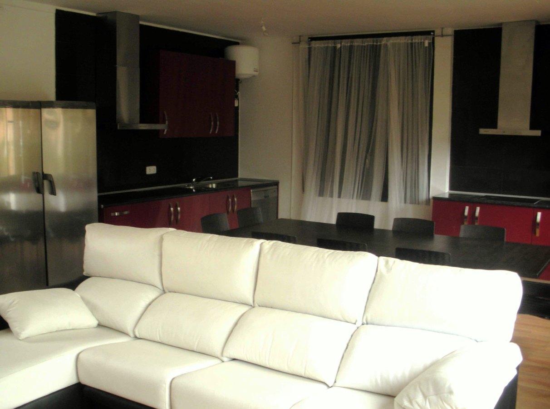 Salón con cocinas integradas residencia estudiantes Horta