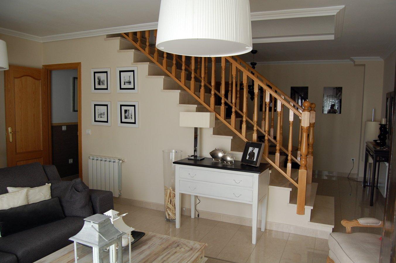Foto sal n vista escalera de 215111 for Salones con escaleras interiores
