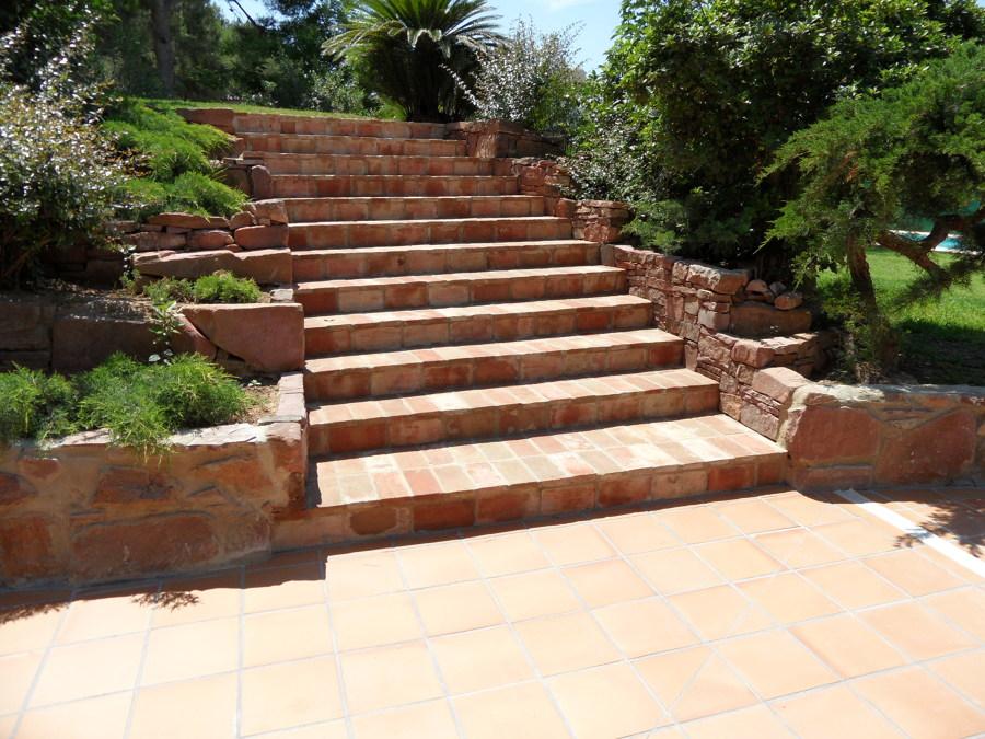 Foto escalera de ladrillo macizo de atunivel obras y for Fotos de escaleras rusticas