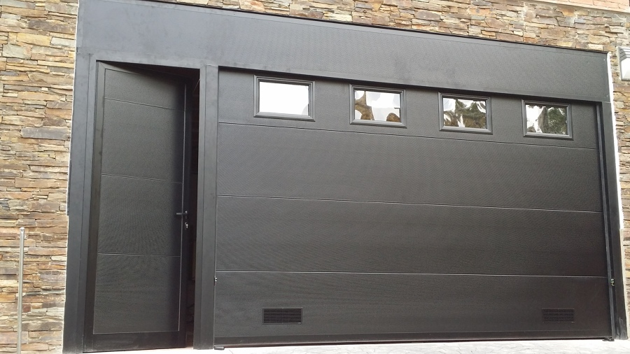 Foto seccional con puerta peatonal lateral adosada de for Precio de puertas enrollables