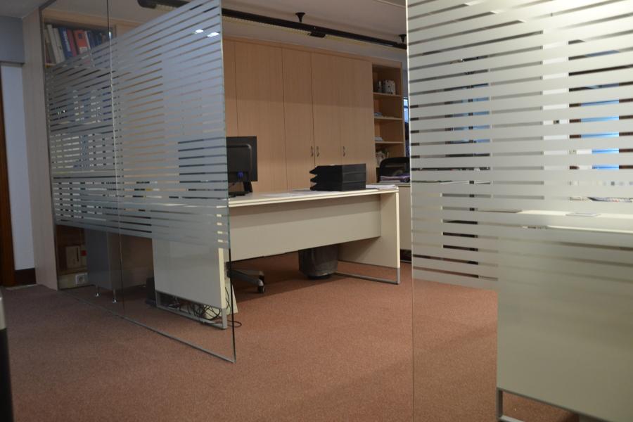 Foto separadores ambiente vidrio con vinilo de bulegoan for Separadores de oficina