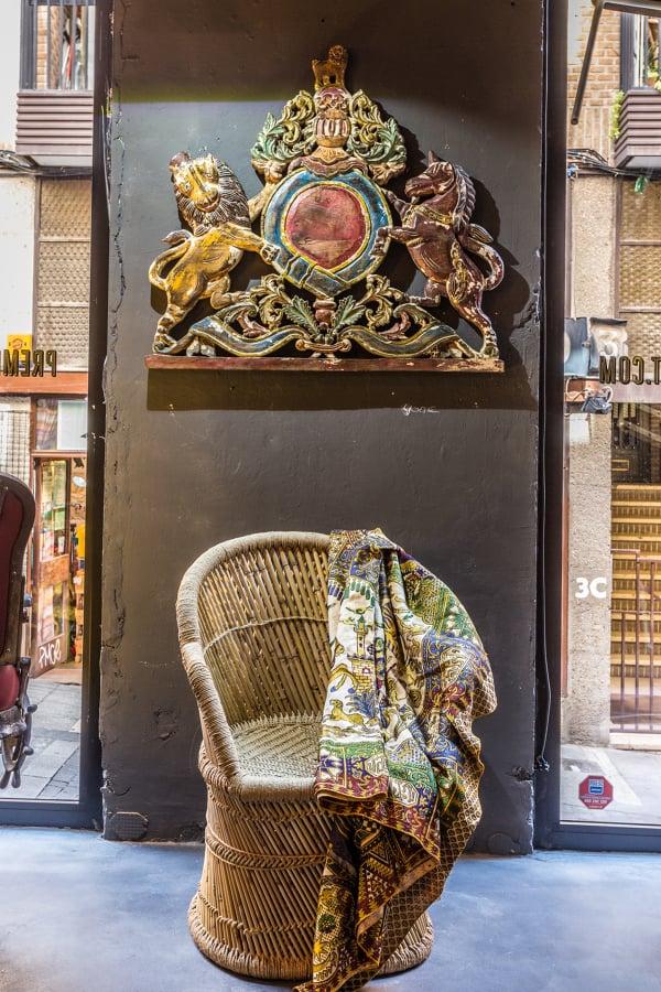 Sillón Bambú y Escudo Decorativo