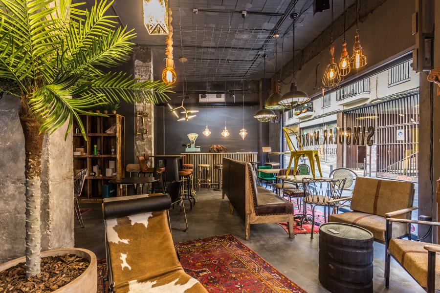 Réplica Chaise Lounge LC4 Le Corbusier Pony, banco corrido en piel de búfalo, luminarias y lámparas originales.