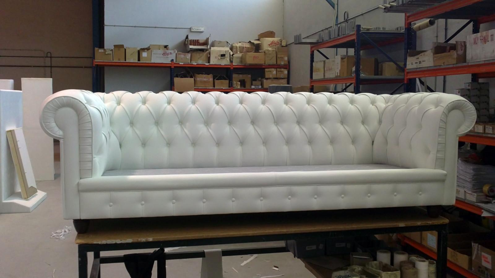 Foto sofa chester tres plazas tapizado en piel blanca de - Tapiceros en salamanca ...