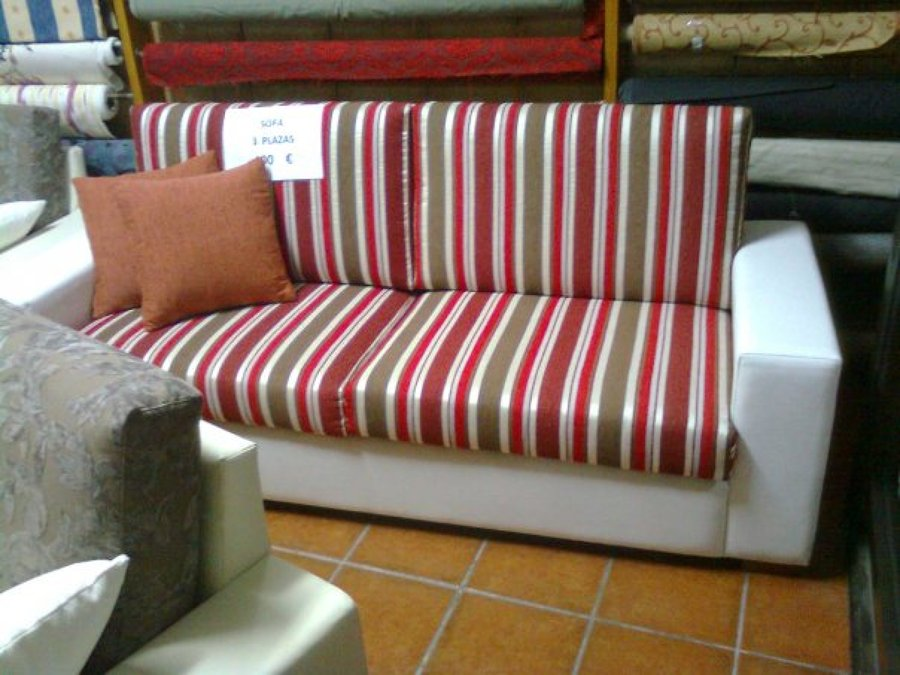 Foto sofa de rayas tres plazas de clasica tapiceria y - Sofa de tres plazas ...