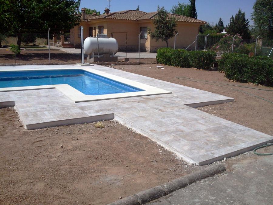 Solado alrededor de piscina con piedra natural