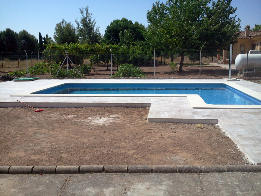Foto solado alrededor de piscina de piedra natural de for Piedra artificial para piscinas