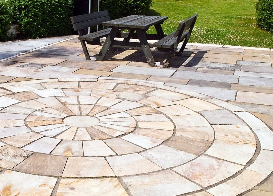 Foto soler a de piedra y mobiliario de jard n r stico de for Fotos de jardines rusticos