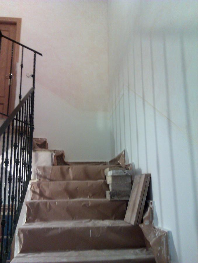Foto subida de escalera preparada para p ntar rodapie de - Escaleras para pintar ...