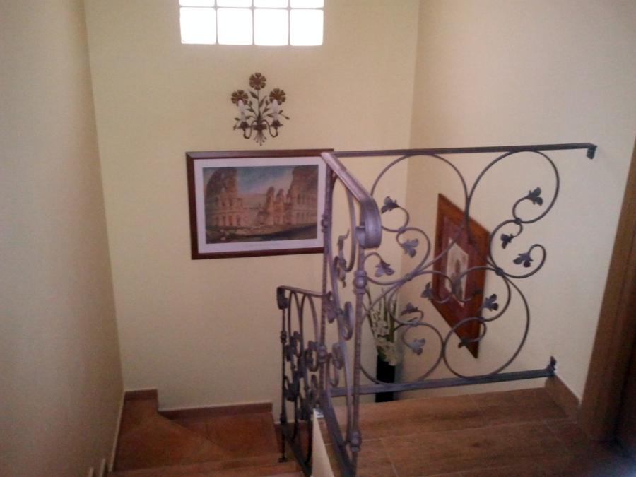 Foto subida de escalera de decoraciones herrero torrijos - Como pintar una escalera interior ...