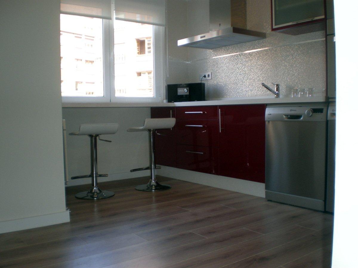 foto suelo de cocina con tarima flotante de corema